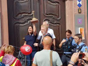 Verleihung des 1. Goldenen Schwachwindbeitels an RP Brigitte Lindscheid und Dr. Marie-Luise Wolff, Entega